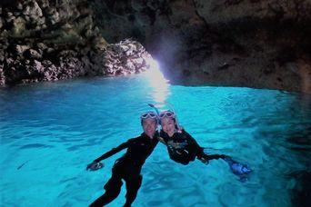 青い洞窟青い